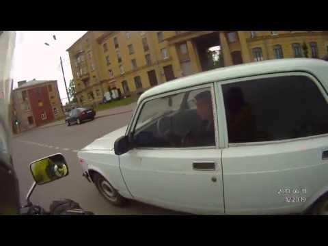 Мотоциклист отломал зеркало