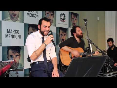 Marco Mengoni cantando en la Embajada de Italia en España