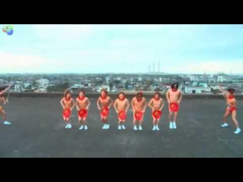 Hombres sin ropa bailando
