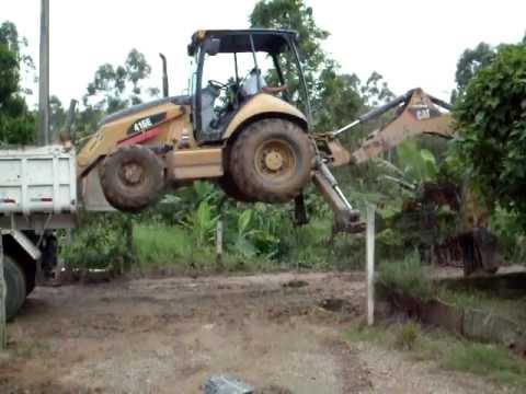 carregando retro escavadeira na casamba sem rampa