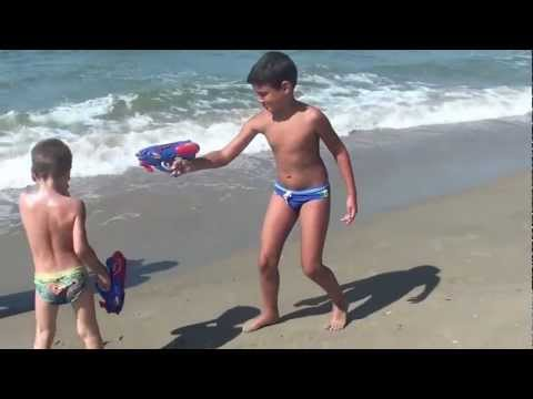 2012: Bimbi al mare che si sparano BAMBINI DIVERTENTI VLOG – Vlog Giornalieri