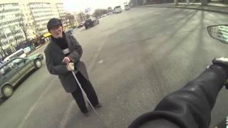 Мотоциклист помог старому человеку перейти дорогу
