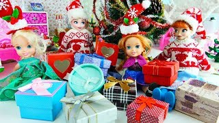 Elsa and Anna toddlers open their Christmas presents!