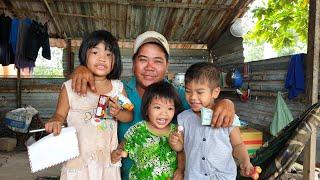 3 đứa trẻ nói mẹ bỏ theo trai mừng vui khôn tả khi lần đầu được mua bánh kẹo
