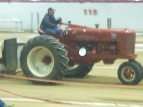 Tractor pull Farmall 400 turbo Video
