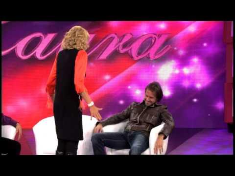 Cristian le ayuda a Laura