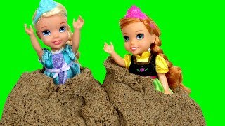 Sand Truck ! Elsa & Anna toddlers - Giant butterfly - Sand Play - Castle