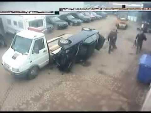 Приколы. Смешное видео. Машина упала с эвакуатора. Но водителю не до смеха