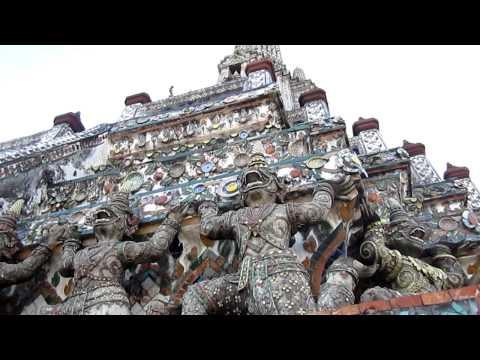 Auf dem Wat Arun in Bangkok mit Blick über Chao Phraya River und Grand Palace