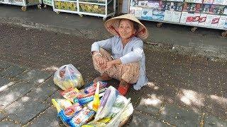 Cụ bà 87 tuổi giành nửa cuộc đời bưng mâm bánh kẹo mưu sinh khắp chợ Đông Ba