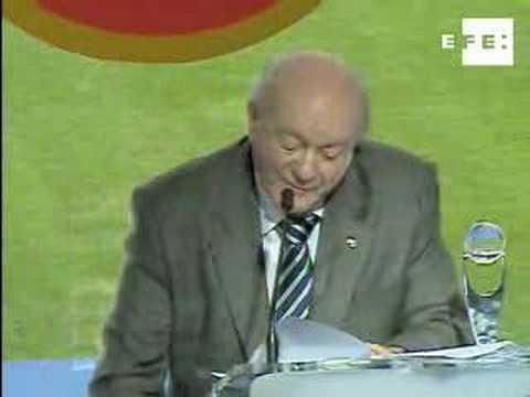 El argentino Alfredo Di Stéfano recibe el premio de la UEFA