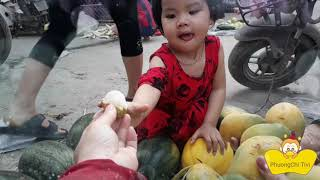 Bé yêu đi chợ mua dưa hấu, mua xoài nhằm sang mua kẹo dẻo ngon ♡ Phuong Chi Tivi