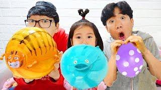 बोराम जानवरों के गुब्बारे के साथ खेलता है