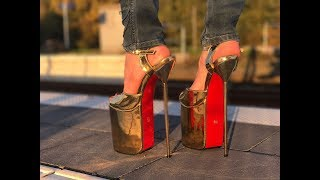 Lara at railstation with extrem platform sandals 9,5 inch 23,5 cm Plateau high heels challenge jeans