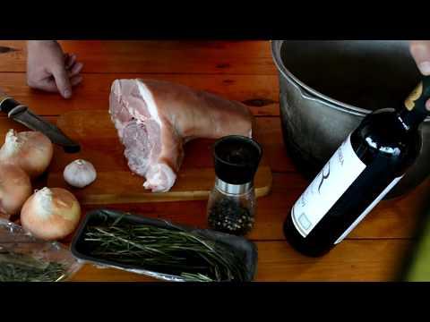 Свиная рулька с вином в казане в дровяной печи.
