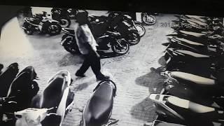 CLIP  Phó giám đốc bẻ khóa, trộm đồ trong cốp xe nhanh như chớp