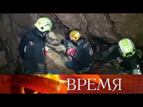 В Таиланде продолжается операция по спасению школьников из затопленной пещеры.