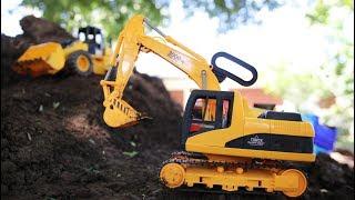 รถแม็คโครขุดดินบนภูเขา รถดั้มบรรทุกดิน รถตักดิน รถแม็คโคร รถก่อสร้าง Excavator and dump truck