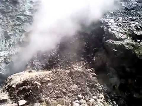 tanah bongkah menyemburkan gas belerang