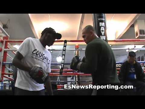 mitt master roger mayweather teaching mitt workout - EsNews Boxing Image 1