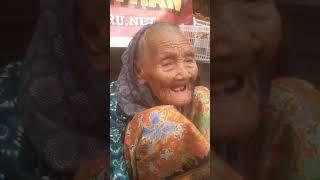 tdi lewat pasar lama banjarmasin trus ngeliat nenek penjual ketupat