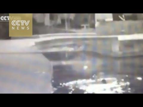 China: una mujer iba distraída mirando su celular, cayó al río y murió ahogada