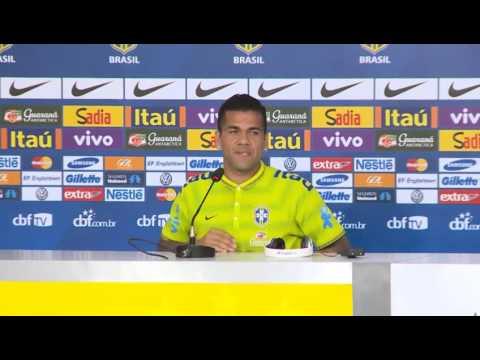 Brasil 2014: Dani #Alves escucha samba en la rueda de prensa