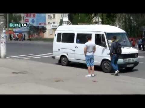 Soferii şi pasagerii opresc microbuzele pe zebră
