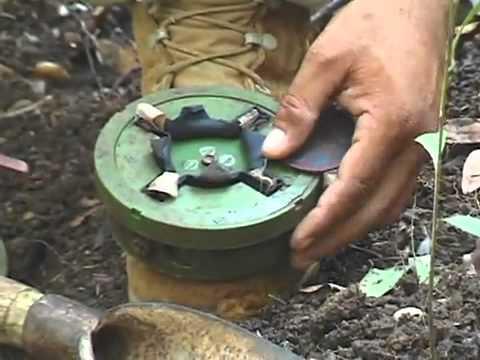 カンボジア ポルポト派元少年兵ナイフで地雷を解体