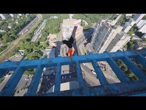 超高層ビルの屋上での命知らずな危険すぎるスタント