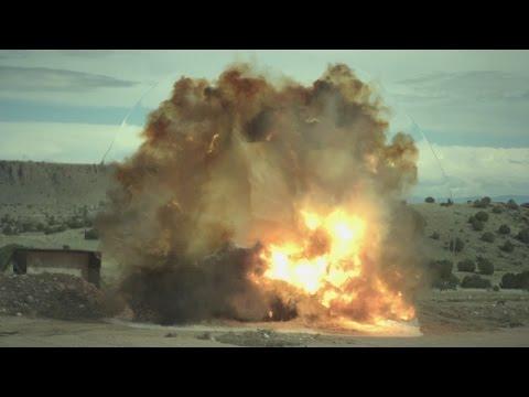 車を爆発させるスローモーション映像