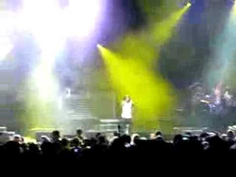 Drake falls on stage hurts his knee