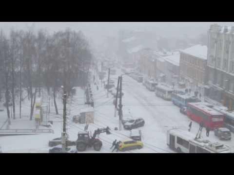 Снегопад 20 апреля в Кирове парализовал движение в центре города