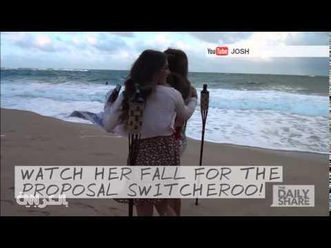 فاجأها بطلب يدها للزواج على شاطئ بهاواي