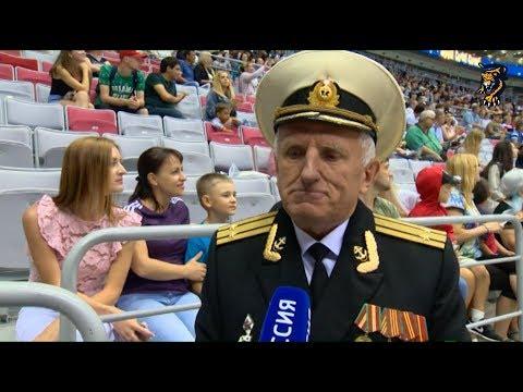 Торжественное вбрасывание: капитан 2-го ранга Александр Барышников