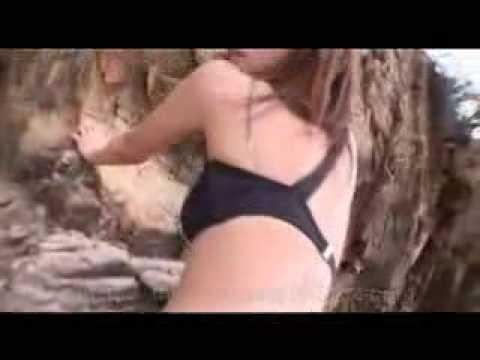 優木まおみがビーチで黒のセクシー水着