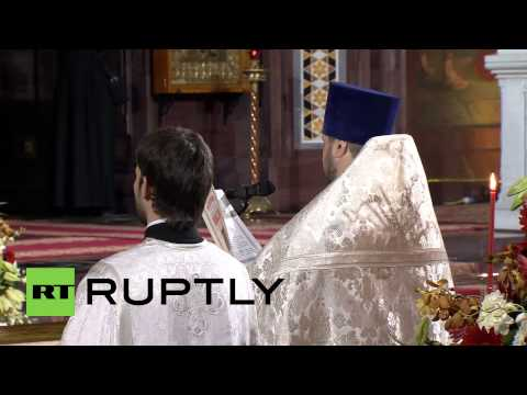 Russia: Putin and Medvedev join thousands for Easter mass