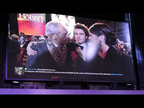 Sir Ian McKellen and Orlando Bloom share a kiss