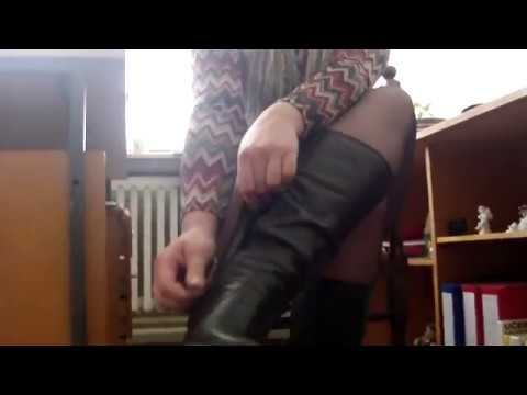 Зрелая и сексуальная учительница в коротком платье и чёрных колготках сняла сапожки и одела туфли