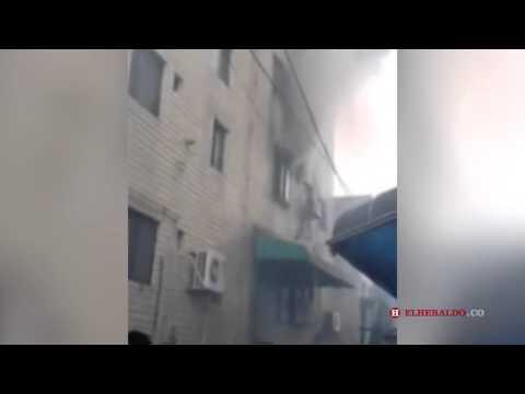 Madre y sus 3 hijos saltan de un edificio en llamas y sobreviven