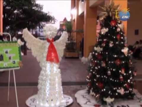 Hacen adornos navideños con material reciclado