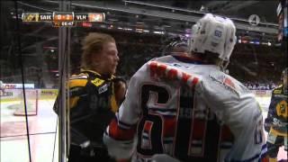 Noah Welch tacklar Axel Holmström - se tumulten efter - TV4 Sport