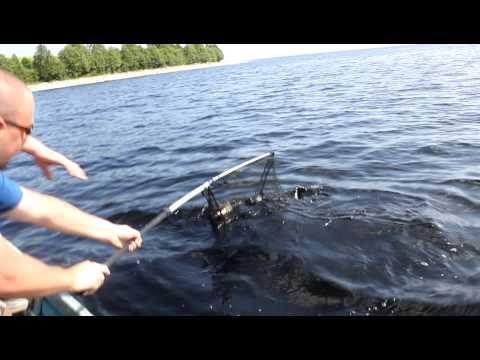 видео мужик поймал щуку и утопил лодку