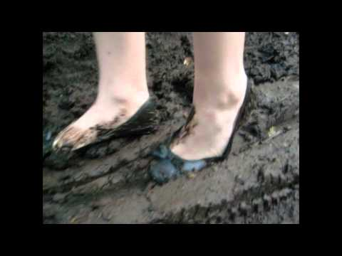 Balerinas im dreck Ballerina CORA sink into mud with ballerinas