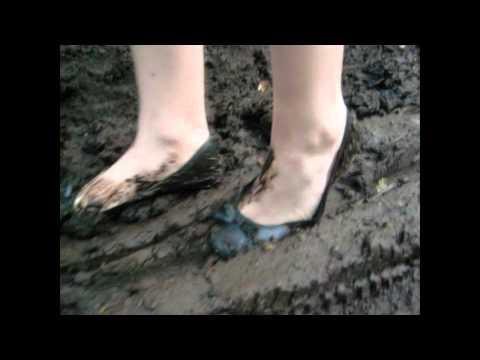 Balerinas im dreck Ballerina CORA sink into mud with ballerinas
