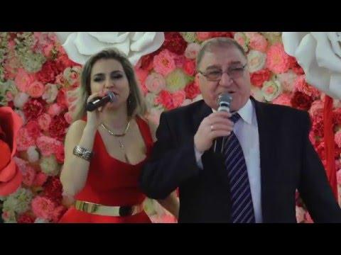 Дочка и папа вместе поют песню