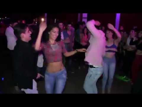 Cuando una mujer latina baila como una Diosa y todos quieren bailar con ella thumbnail