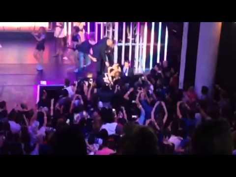 Iggy Azalea Falls Off Stage During MTV VMA Benefit Concert (VIDEO)