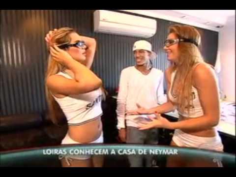 Neymar em casa com os óculos Titans
