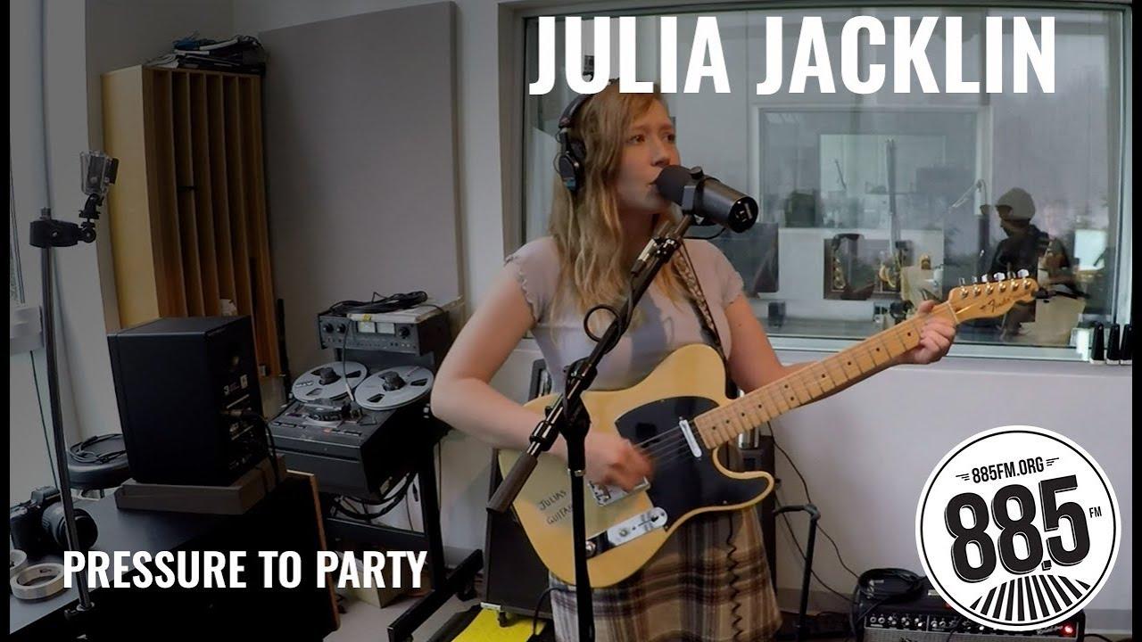 "Julia Jacklin - 米KCSNにて""Pressure to Party""など3曲を披露 スタジオライブ映像を公開 thm Music info Clip"